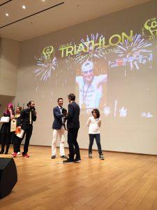 Alessandro Degasperi riceve il premio dall'amico e collega Daniel Fontana