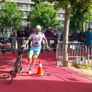 Alessandro Degasperi all'uscita della T1 nell'Ironman 70.3 Barcellona